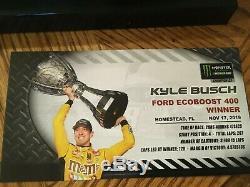 2019 Race Kyle Busch Version Dédicacé Championnat Voiture Et Présentoir / Coa