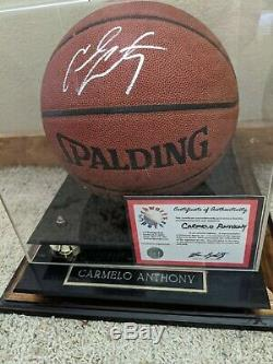 Carmelo Anthony A Signé Avec Basketball Display Case (coa)