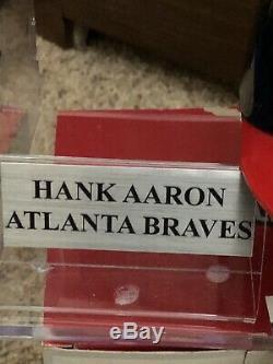 Hank Aaron Autographié Mini Casque Avec Nameplate Et D'affichage De Cas Jsa Coa