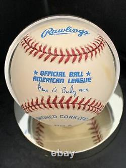 Joe Dimaggio Autographied Rawlings Official Al Baseball Avec Sca Coa & Display Case