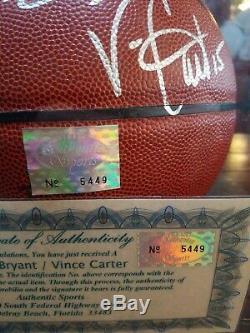 Kobe Bryant Et Vince Carter Autographed Basketball Avec Vitrines Coa Inclus