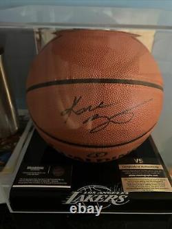 Kobe Bryant Psa/dna Authentic Autographié Basketball Avec Coa + Display Case