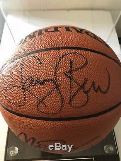 Larry Bird Et Magic Johnson Ont Signé Le Basketball Dans Une Vitrine Avec Le Coa Psa / Dna