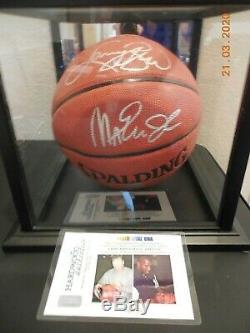 Larry Bird & Magic Johnson Double Autographié De Basket-ball Avec Affichage Cas Et L'aco