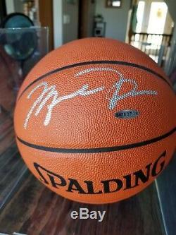 Michael Jordan Autographed Spalding Basketball Avec L'aco Et Vitrine Bold Auto
