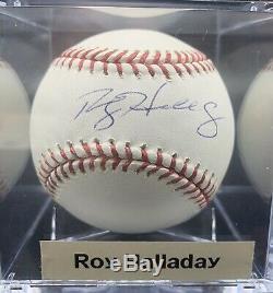 Roy Halladay Autograph Sur Mlb Ball. Livré Avec Coa & Case D'affichage