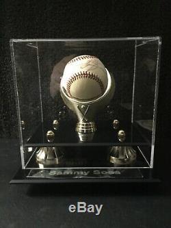 Sammy Sosa Autographed Baseball Withcoa À New Présentoir Withbox