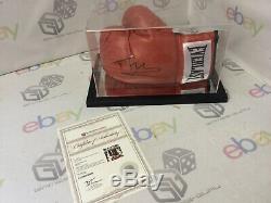 Tyson Fury A Signé Gant De Boxe Avec L'aco En Cas D'affichage