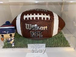 Véritable Signé À La Main Tom Brady NFL Ball Avec Boîtier D'affichage À L'herbe Et Gravure Coa